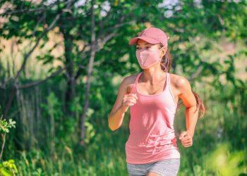 Frau läuft mit Gesichtsmaske.