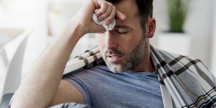Mann leidet unter Grippe.