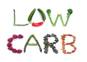 Low-Carb-Schriftzug aus Gemüsse und Nüssen.