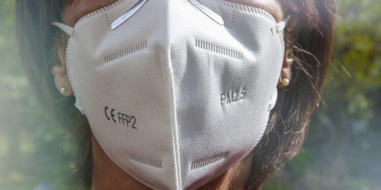 Frau trägt eine FFP2-Schutzmaske