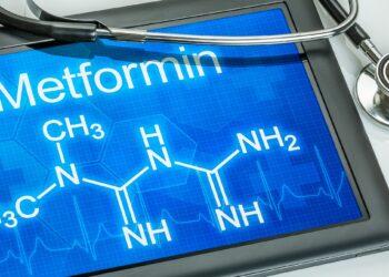 Auf einem Tablet wird die chemische Strukturformel von Metformin angezeigt.