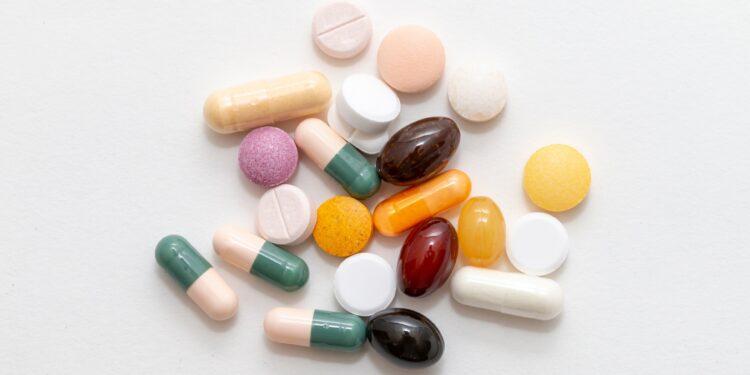Verschiedene Nahrungsergänzungspräparate auf weißer Oberfläche