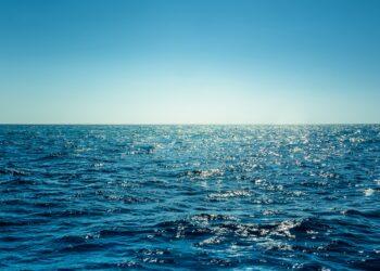 Ein Blick aufs Meer, auf dem das Sonnenlicht reflektiert