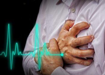 Mann mit Herzerkrankung greift sich ans Herz.