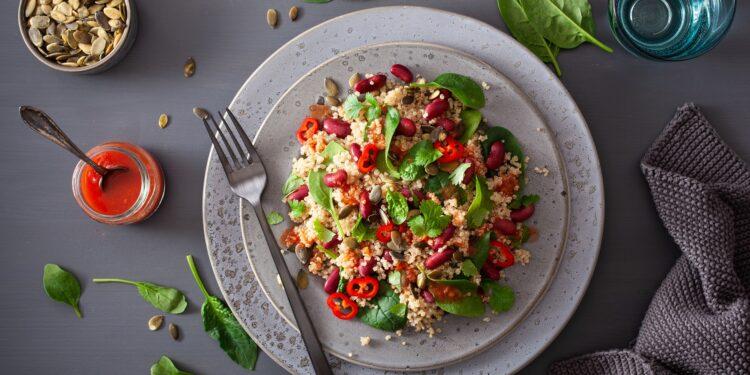 Ein gesunder Salt mit Quinoa, Bohnen und Spinat.