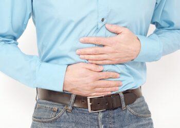 Mann hält sich seinen schmerzenden Bauch