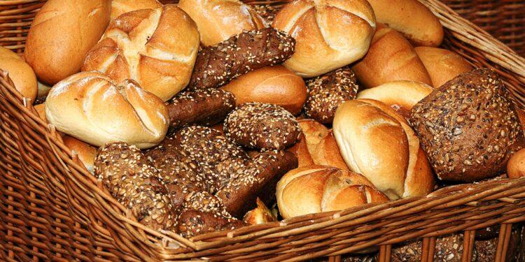 Brotkorb mit verschiedenen Brötchensorten