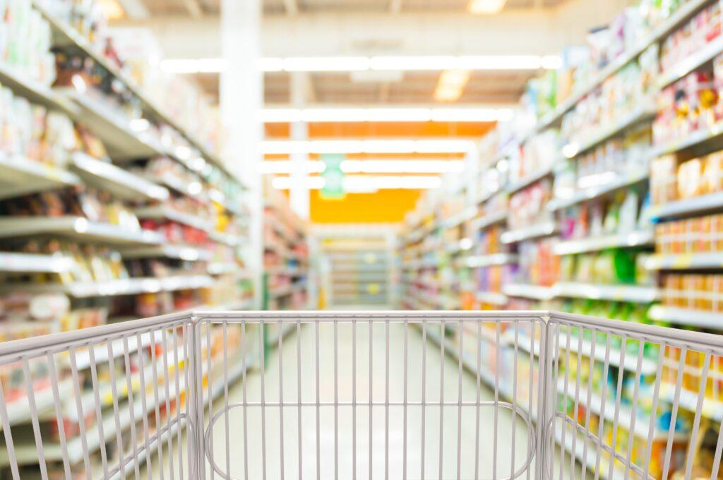 Leerer Einkaufwagen im Supermarkt