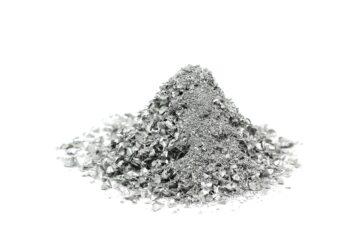 Zu einem Häufchen aufgeschichtetes Silberpulver vor einem weißen Hintergrund.