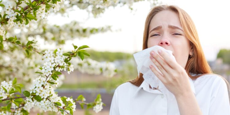 Frau leidet unter Allergie gegen Pollen.