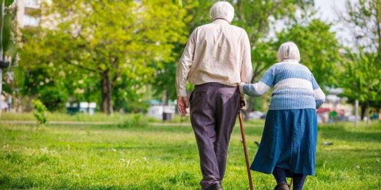 Ältere Menschen beim Spaziergang.