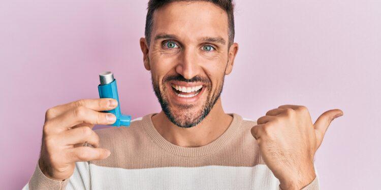 Mann mit Asthmaspray.