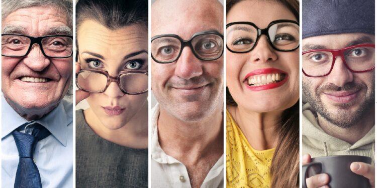 Fünf Menschen mit Brillen.