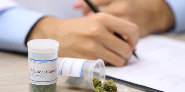 Medizinisches Cannabis auf einem Tisch.