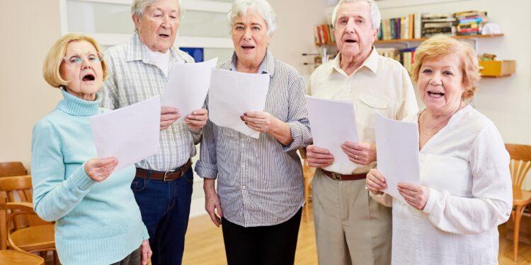 Ältere Menschen singen zusammen.