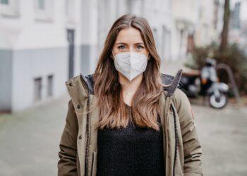 Junge Frau mit FFP-2-Maske im Freien
