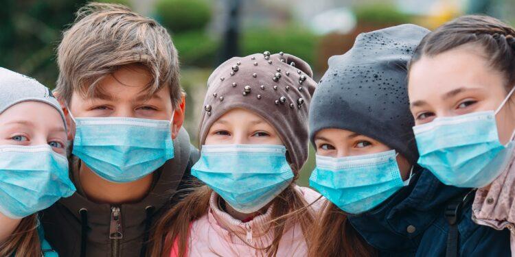 Mehrere Kinder mit medizinischen Masken