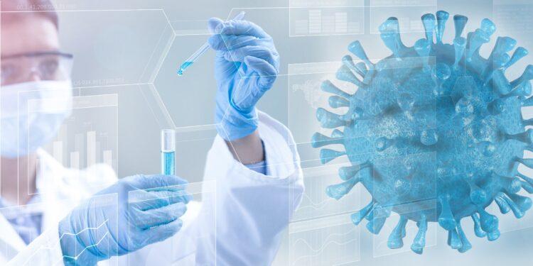 Forscherin mit Reagenzglas und einem groß eingeblendeten Coronavirus.