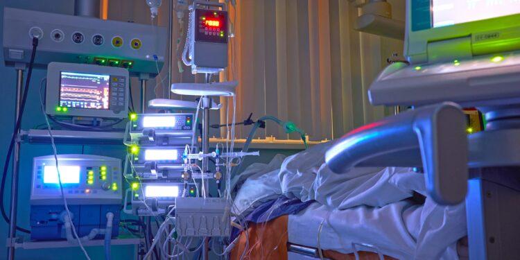 Leuchtende Monitore auf der Intensivstation