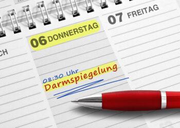 Kalender mit Eintrag Darmspiegelung und ein Kugelschreiber