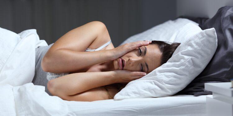 Frau leidet unter Schlafproblemen.