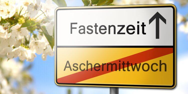 Verkehrsschild mit der Aufschrift Fastenzeit und Aschermittwoch