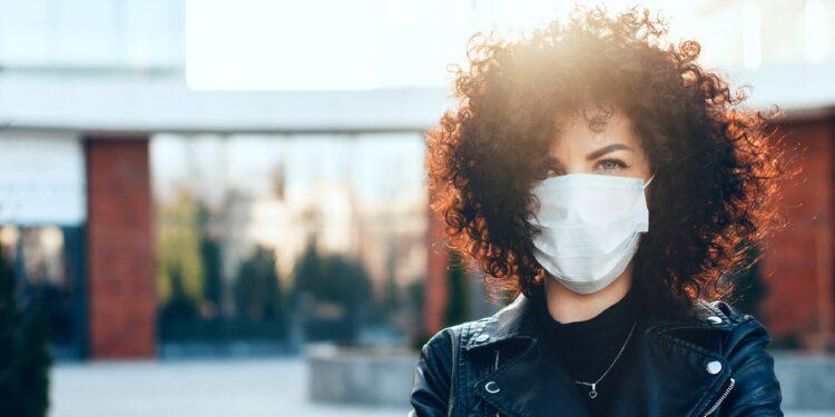 Eine junge Frau trägt eine Schutzmaske