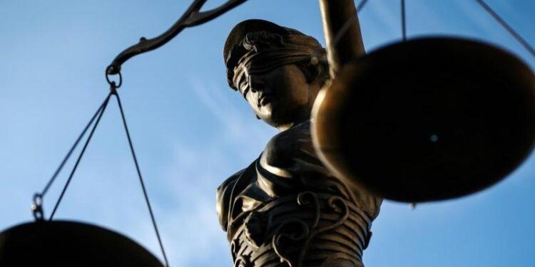 Eine Statur von Justitia, die Göttin der Gerechtigkeit.