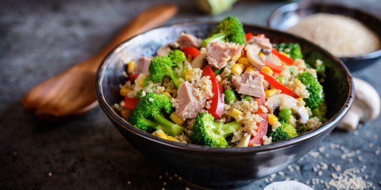 Salada de Quinoa Com Atum, Brócolis, Ervilha, Milho E Cogumelos