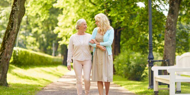 Zwei Frauen gehen Spazieren.