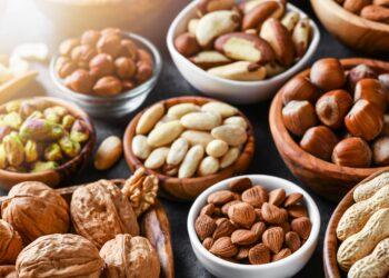 Verschiedene Nüsse in Schalen auf einem Tisch