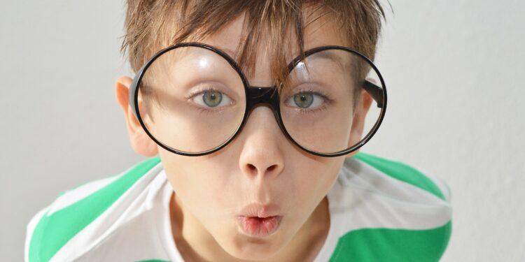 Junge mit übergroßer Brille.