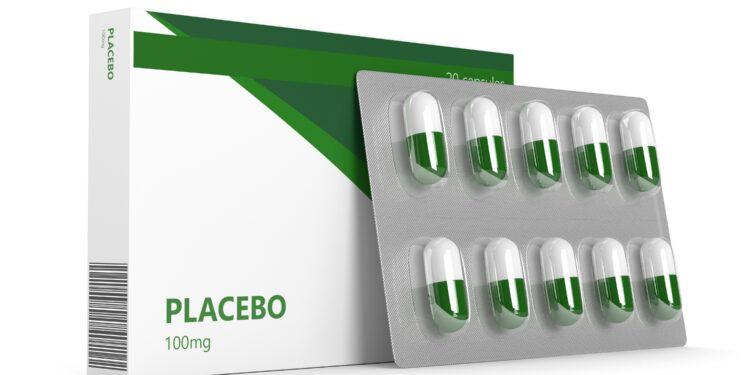 Ein Medikamentenblister und eine Medikamentenpackung mit der Aufschrift Placebo