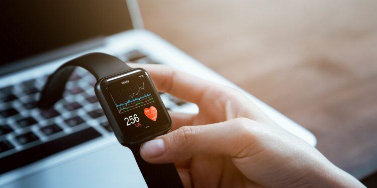 Mensch schaut auf seine Smartwatch.