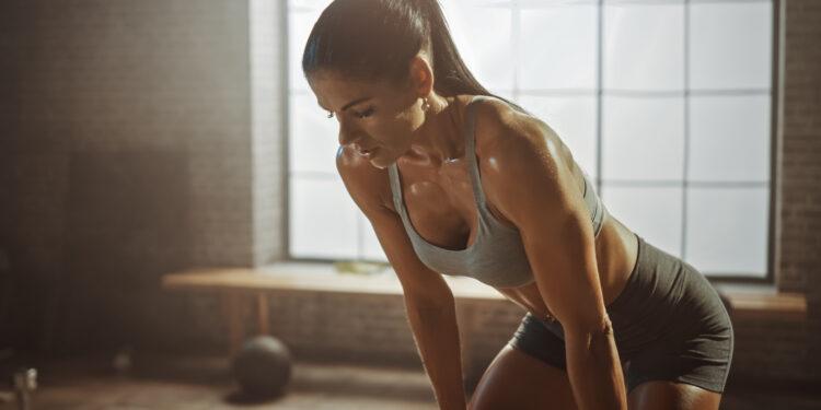 Frau schwitzt beim Sport.