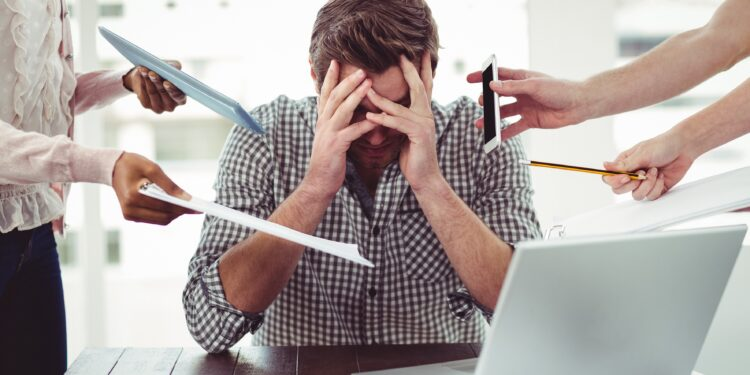 Mann leidet unter Stress bei der Arbeit.