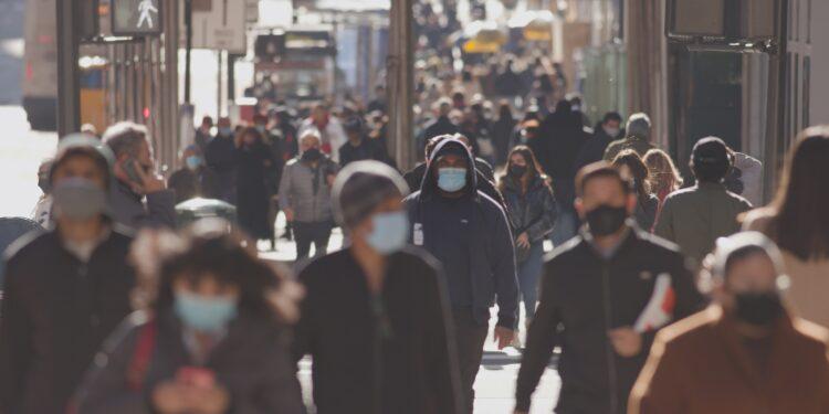 Menschenmenge auf der Straße mit Masken