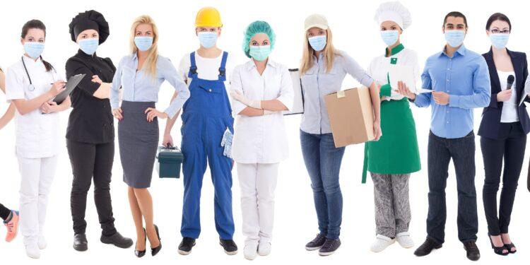 Menschen in verschiedenen Berufsbekleidungen tragen Schutzmasken.
