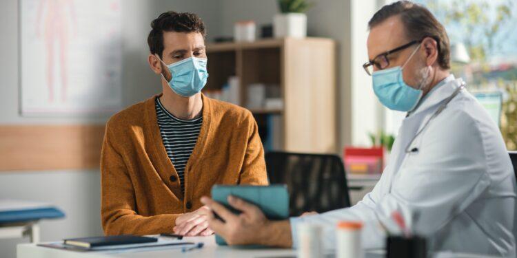 Arzt erklärt Patienten Untersuchungsergebnisse