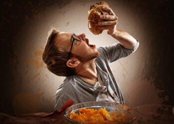 Mann ist süchtig nach Essen.