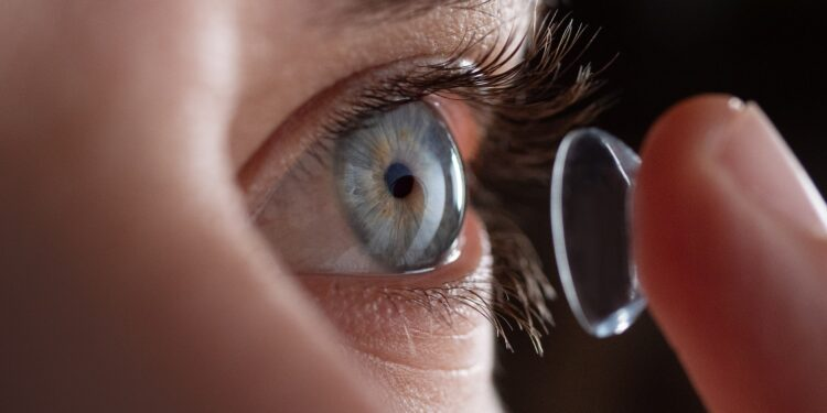 Einsetzen einer Kontaktlinse.