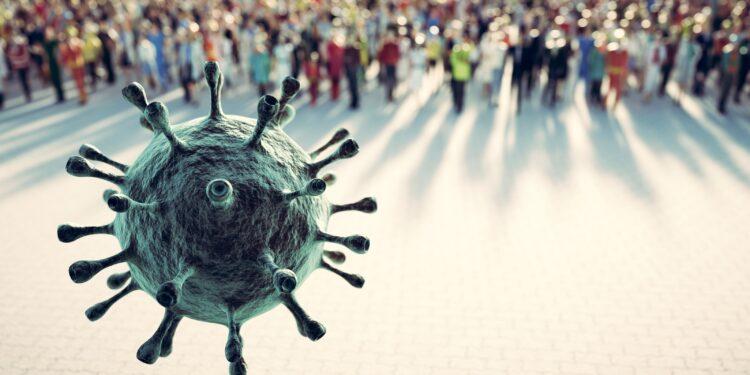 Ein Coronavirus fliegt auf eine Menschenmasse zu.