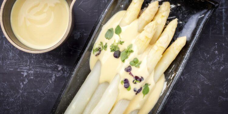 Traditionell zubereiteter Spargel mit Sauce Hollondaise.