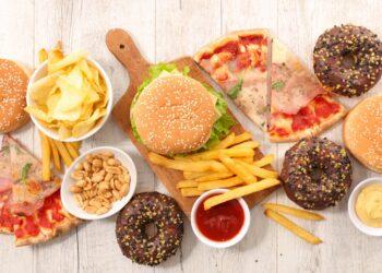 Eine Auswahl von ungesunden Lebensmitteln.