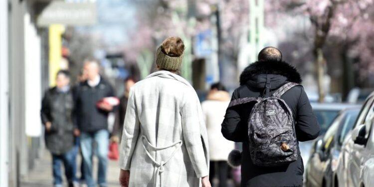 Menschen beim Spazierengehen.