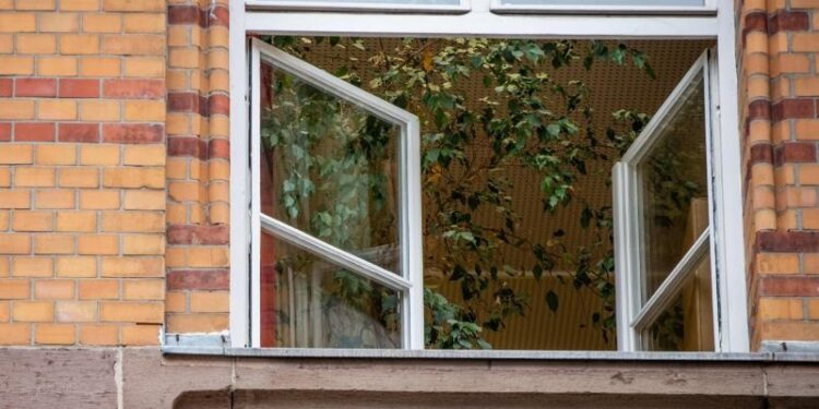 Ein geöffnetes Fenster einer Schule.
