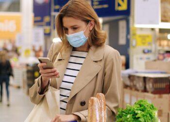 Bestimmte Bratwürste, die bei EDEKA und Marktkauf angeboten wurden, werden aufgrund von möglicherweise enthaltenen Metallfremdkörpern zurückgerufen. (Bild: VAKSMANV/stock.adobe.com)