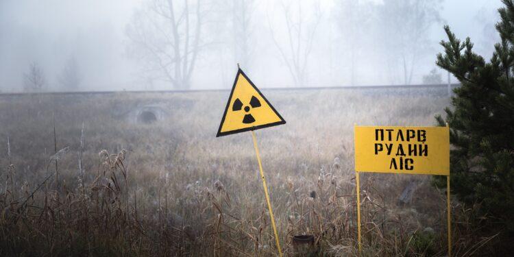 Ein Schild in Tschernobyl warnt vor radioaktiver Strahlung.