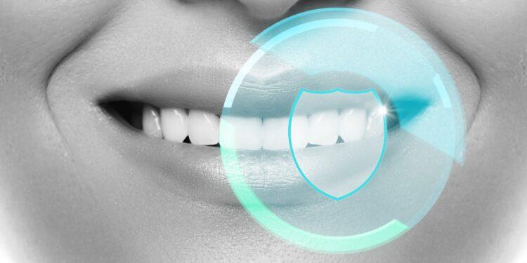 Mund und Zähne einer Person in Nahaufnahme.