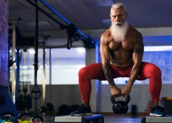 Ein älterer, aber fitter Mann trainiert mit Gewichten.